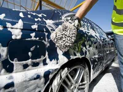 泡立てて洗車する