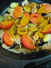 めんつゆとカレー粉を加えてふたをして煮汁が少なくなるまで煮込みます