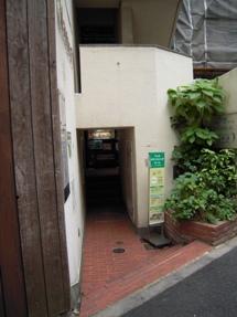 お店の前を通りすぎたら左をみるとビルの入り口です。