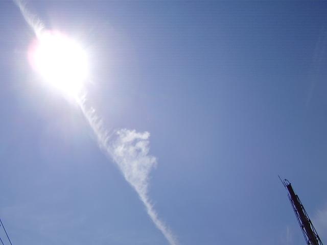 陽と飛行機雲