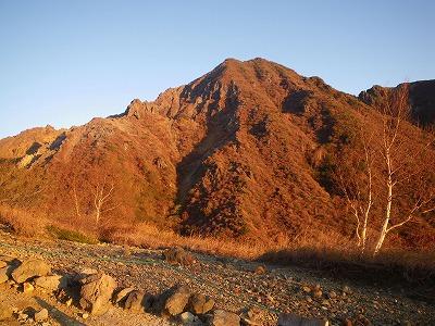 朝日に輝く朝日岳