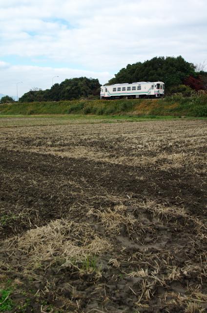 耕された畑とAR300型