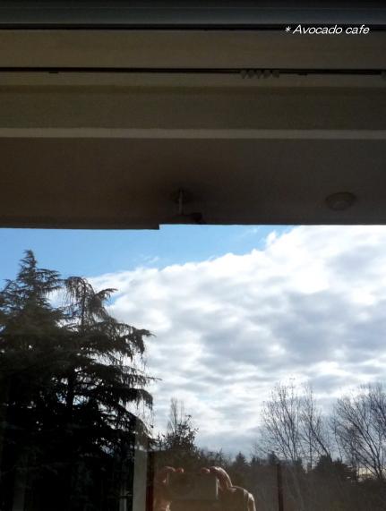 ガラスに映る青空