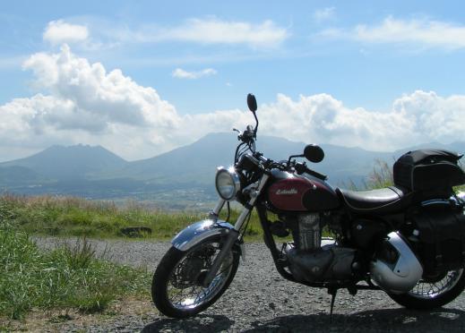 大観峰からみた阿蘇カルデラ・火山群と愛車