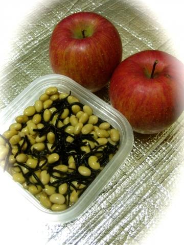 大豆の煮物とリンゴ1217