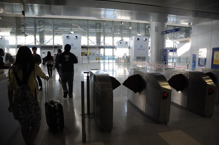 120108_マッカサン駅の改札