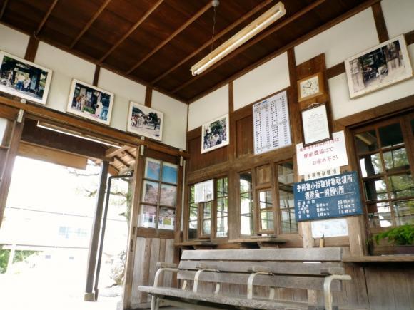 待合室 壁に写真