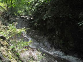 「一の滝」へ流れ込む水流