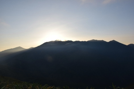 54朝日岳~白毛門のシルエット