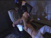 囚人を鞭打ち聖水を飲ませる女王様