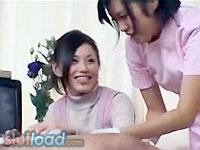 【松野ゆい、他】彼氏が看護婦さんにカラダを拭いてもらってるうちに勃起してしまい、そのチンポにシャブりついてしまう激カワギャル(´Д`)