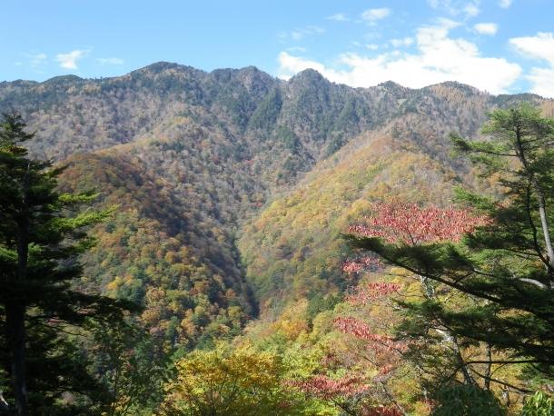 飛竜の稜線と紅葉