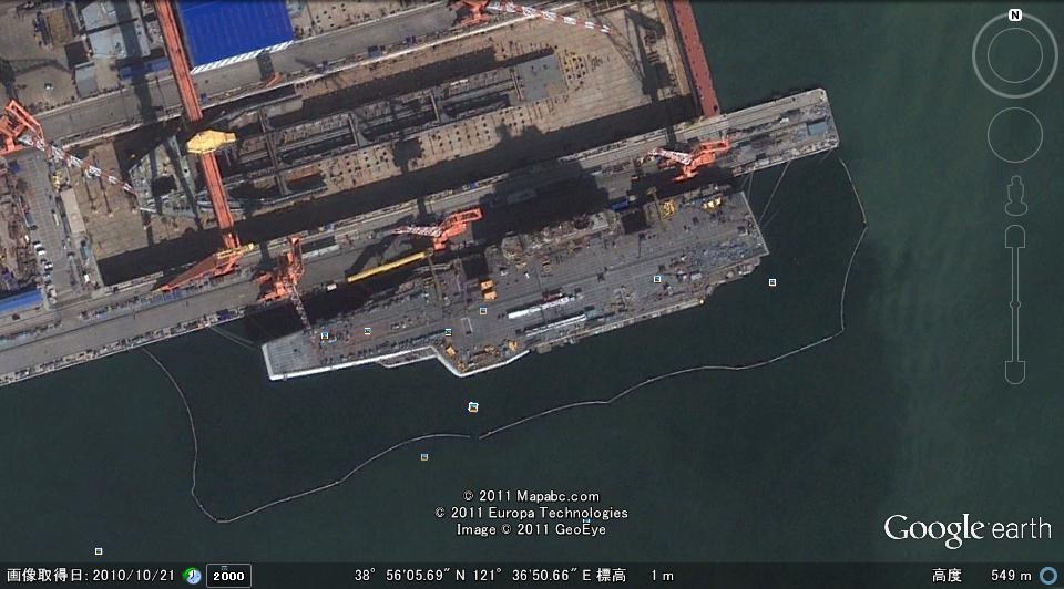 グーグル・アースに写った大連港に停泊する空母「ワリヤーグ」