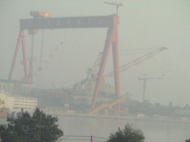 大連港に停泊する空母「ワリヤーグ」