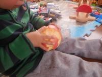 H261204育穂のリンゴ食べ方