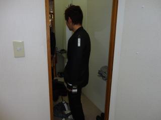 スーツ黒後ろ