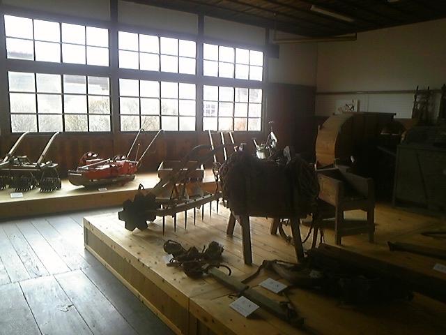 昔の農機具を展示