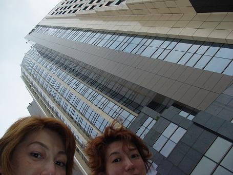 上海 ホテルの外で友麻・安希