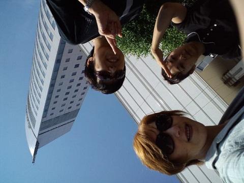 高松 ホテル前で3人