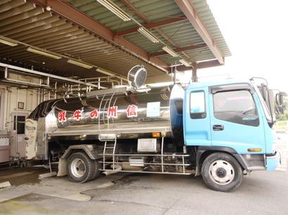 牛乳を運ぶ車