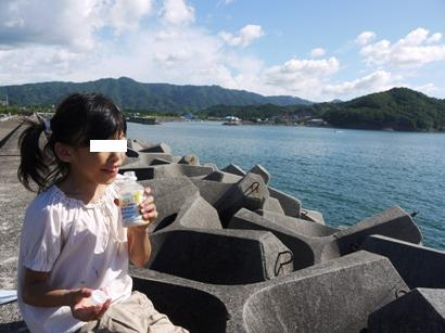 海でジュースを飲む娘♪
