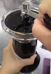 コーヒー豆を粉にする