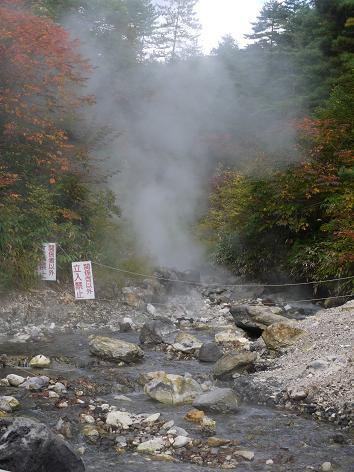 湯気の出る川