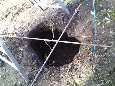 畑の中にぽっかりと空いた穴