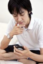 スマートフォンを操作する男性.jpg