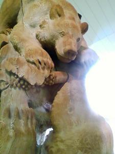 第一滝本館の熊木彫り
