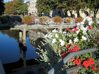 花で飾られた橋