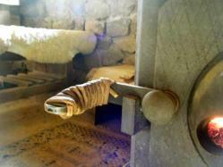 ストーブの扉もち手に巻いたツル