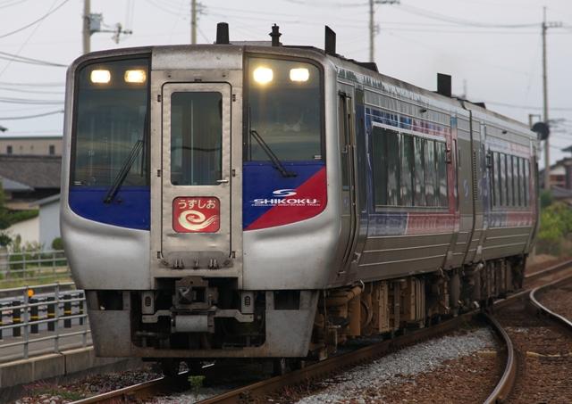 101019-JR-shikoku-N2000-uzushio-1.jpg