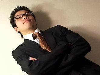[男のプリケツ] ゲイ動画:眼鏡男子リーマンショック スーツのままオヤジにハメられて !!