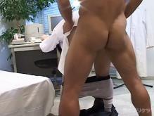 ゲイ動画:眼鏡男子と筋肉男子保健室でがっつり秘密のケツ交尾 !!