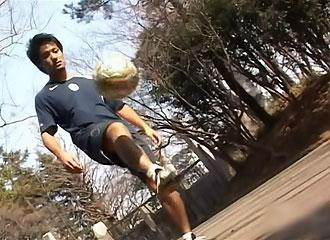 [男のプリケツ] ゲイ動画:体育会サッカー気になる短パンの中覗いちゃいます !!