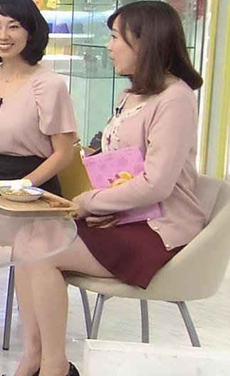 江藤愛 ミニスカで座って太もも露出キャプ画像(エロ・アイコラ画像)