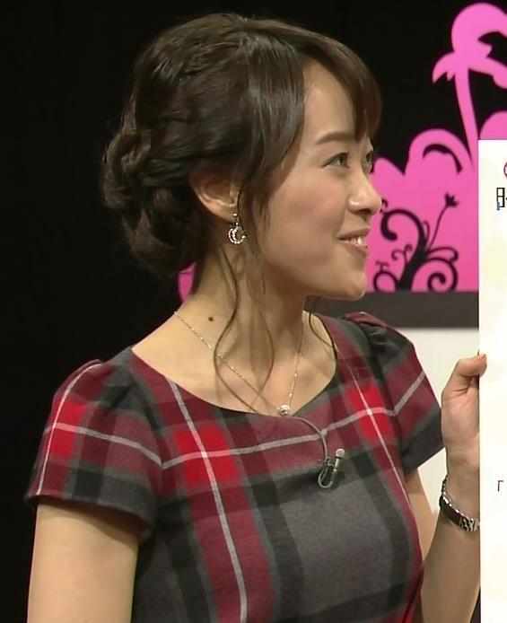 片山千恵子 タイトなワンピース横乳 (20131215)キャプ画像(エロ・アイコラ画像)