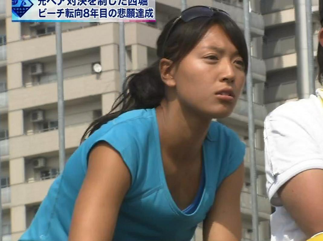 浅尾美和 前かがみ服の中チラリ画像キャプ画像(エロ・アイコラ画像)