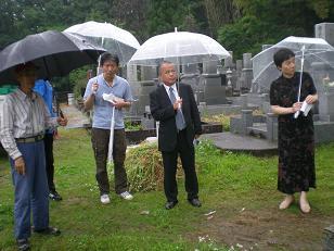 若松本泉寺土塁前で松尾さんが・・・
