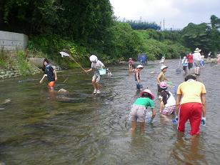 児童も親も真剣な魚取り・・・