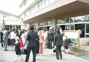 クラス分けを見守る入学風景(田上小)
