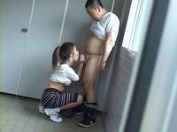 公衆トイレでフェラチオする美人痴女!(゚∀゚)=3 ムッハー