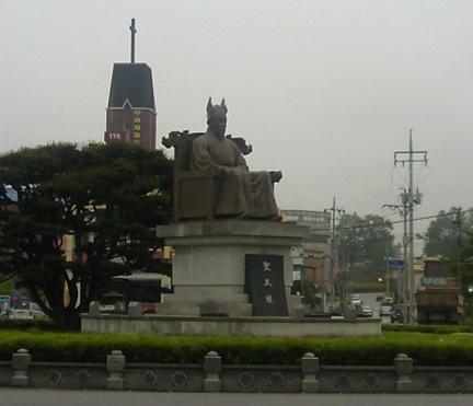 扶余のシンボル、ロータリーに建つ百済王像