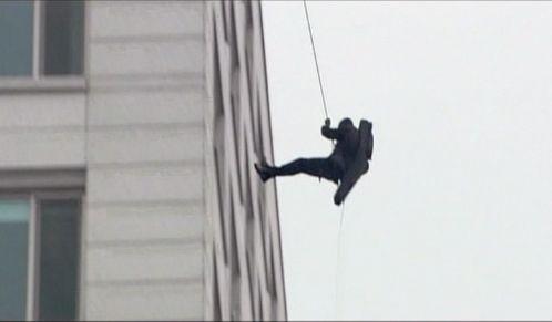 神男723 ビルの屋上から降りるマイケル