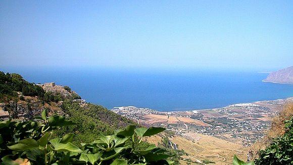 エリーチェ6 オレンジの段々畑 海の向こうにチュニジアを臨む 対岸はアフリカ
