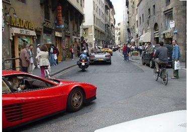 スクーターも車も似合うフィレンツェ