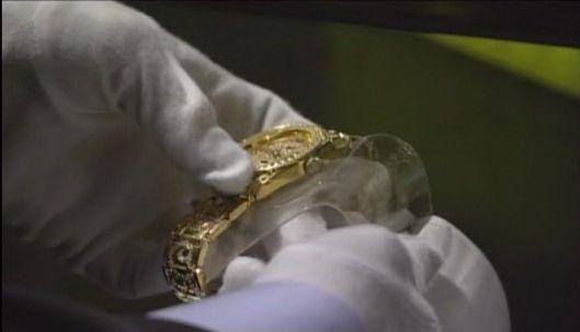 神男916 指紋をチャン・ホの時計に塗りつける
