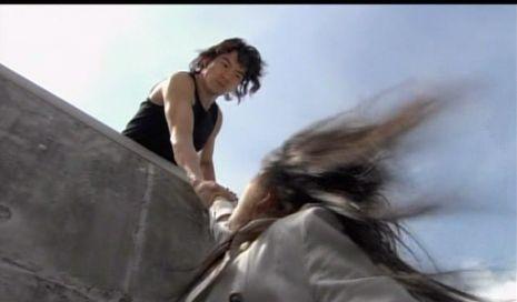 神男1718 橋桁から落ちそうになるビビアンを助けるマイケル